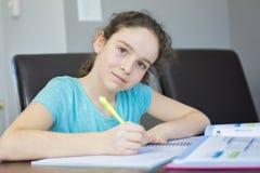 Adolescente che fa compito per la scuola Fotografie Stock