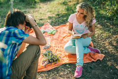 Adolescente che fa l'amica della foto Fotografia Stock