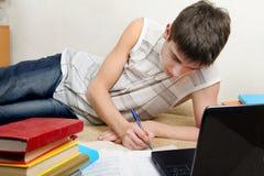 Adolescente che fa lavoro Fotografie Stock