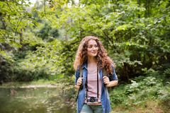Adolescente che fa un'escursione nelle vacanze estive della foresta Fotografie Stock Libere da Diritti