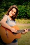 Adolescente che gioca chitarra Fotografia Stock
