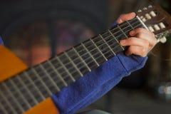 Adolescente che gioca chitarra Fotografie Stock Libere da Diritti