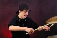 Adolescente che gioca i tamburi immagini stock