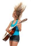 Adolescente che gioca una chitarra acustica Fotografie Stock Libere da Diritti