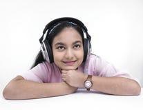 Adolescente che gode della musica immagine stock