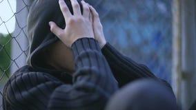 Adolescente che grida, scuola che opprime, famiglia disfunzionale, depressione di solitudine stock footage