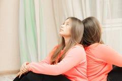 Adolescente che guarda su primo piano Fotografie Stock