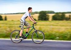 Adolescente che guida una bici Immagine Stock Libera da Diritti