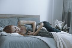 Adolescente che ha un dolore di stomaco fotografie stock