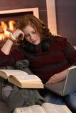 Adolescente che impara a casa con il computer portatile Fotografie Stock