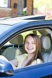 Adolescente che impara guidare Fotografie Stock Libere da Diritti
