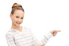 Adolescente che indica la sua barretta Fotografie Stock Libere da Diritti