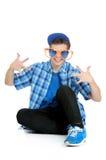 Adolescente che indossa gli occhiali da sole arancio e blu enormi, concetto della festa di compleanno Immagine Stock
