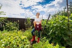 Adolescente che lavora con la pala al frutteto Fotografia Stock Libera da Diritti