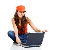 Adolescente che lavora con un computer portatile Fotografie Stock Libere da Diritti