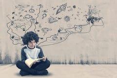 Adolescente che legge un libro Immagini Stock Libere da Diritti