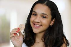 Adolescente che mangia chip fotografia stock libera da diritti