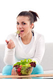 Adolescente che mangia insalata Fotografie Stock