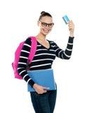 Adolescente che mostra la carta di credito alla macchina fotografica Fotografia Stock Libera da Diritti