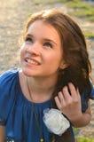Adolescente che osserva in su Immagini Stock Libere da Diritti