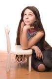 Adolescente che osserva in su isolato su bianco Fotografia Stock