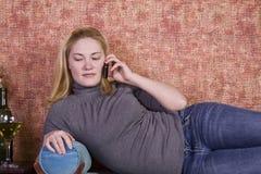 Adolescente che parla sul telefono cellulare Immagini Stock