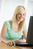 Adolescente che per mezzo del desktop computer Immagini Stock Libere da Diritti