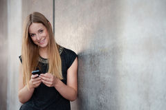 Adolescente che per mezzo dello Smart Phone Immagini Stock Libere da Diritti