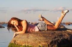 Adolescente che pone su una pietra Fotografie Stock Libere da Diritti
