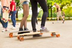 Adolescente che pratica guidando bordo lungo Fotografia Stock Libera da Diritti