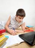 Adolescente che prepara per l'esame Immagini Stock Libere da Diritti