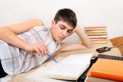 Adolescente che prepara per l'esame Fotografie Stock Libere da Diritti