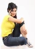 Adolescente che propone seduta sul pavimento fotografia stock libera da diritti