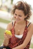 Adolescente che riceve un messaggio di testo divertente Fotografia Stock