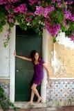 Adolescente che si distende in porta Fotografie Stock Libere da Diritti