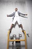 Adolescente che si leva in piedi sui tubi del metallo Immagine Stock Libera da Diritti