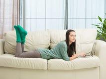 Adolescente che si rilassa a casa Fotografie Stock Libere da Diritti