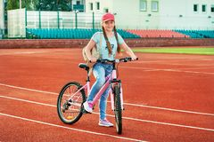 Adolescente che si rilassa su uno stadio Lo stile di vita della ragazza in bici immagine stock