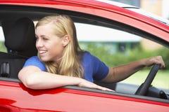 Adolescente che si siede in automobile Immagini Stock Libere da Diritti