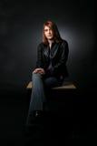 Adolescente che si siede sullo scrittorio Fotografia Stock