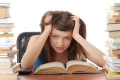 Adolescente che studia allo scrittorio Fotografia Stock