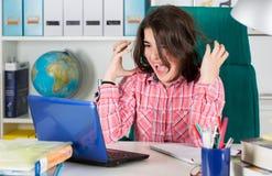 Adolescente che studia nel paese Immagini Stock