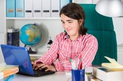 Adolescente che studia nel paese Fotografia Stock