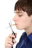 Adolescente che taglia una sigaretta Immagini Stock