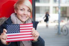 Adolescente che tiene la bandiera degli Stati Uniti Fotografia Stock