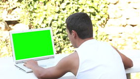 Adolescente che utilizza computer nell'ora legale del giardino stock footage