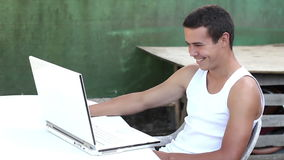 Adolescente che utilizza computer nell'ora legale del giardino archivi video