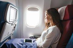 Adolescente che viaggia in aeroplano immagine stock libera da diritti