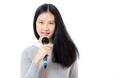 Adolescente chino con el micrófono Fotos de archivo libres de regalías