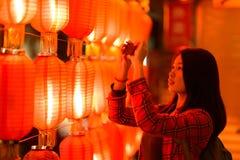 Adolescente chino con el teléfono celular Imágenes de archivo libres de regalías